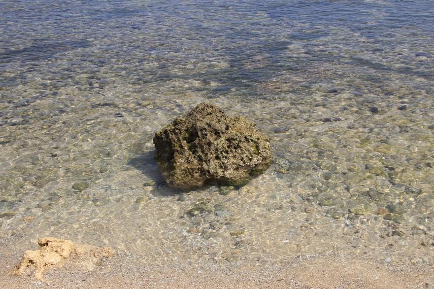 Air yang jernih dan pasir putih menjadi keistimewaan lain dari Pantai Sundak