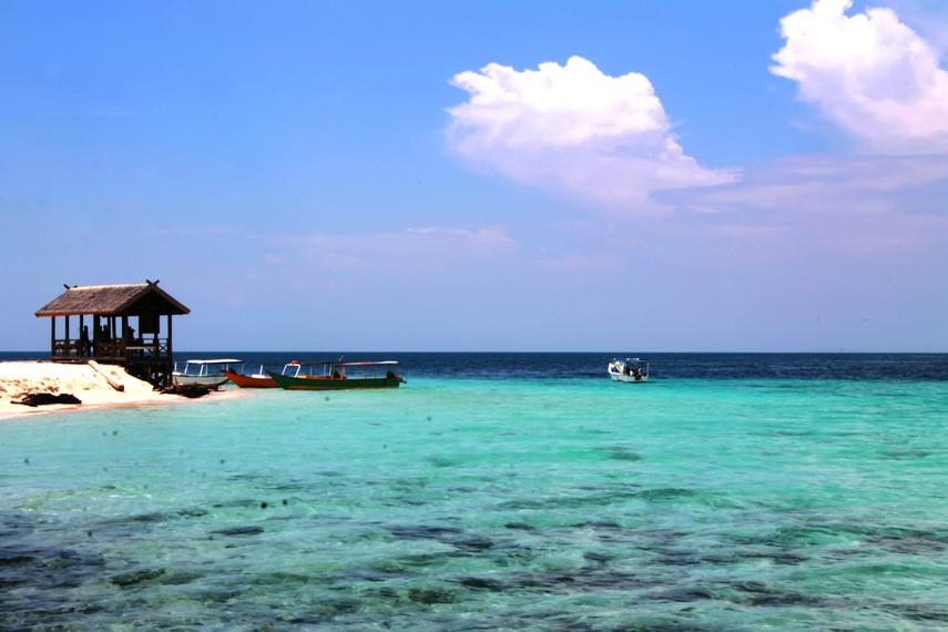 Pengunjung dapat merasakan bermain air di Pulau Samalona yang masih alami