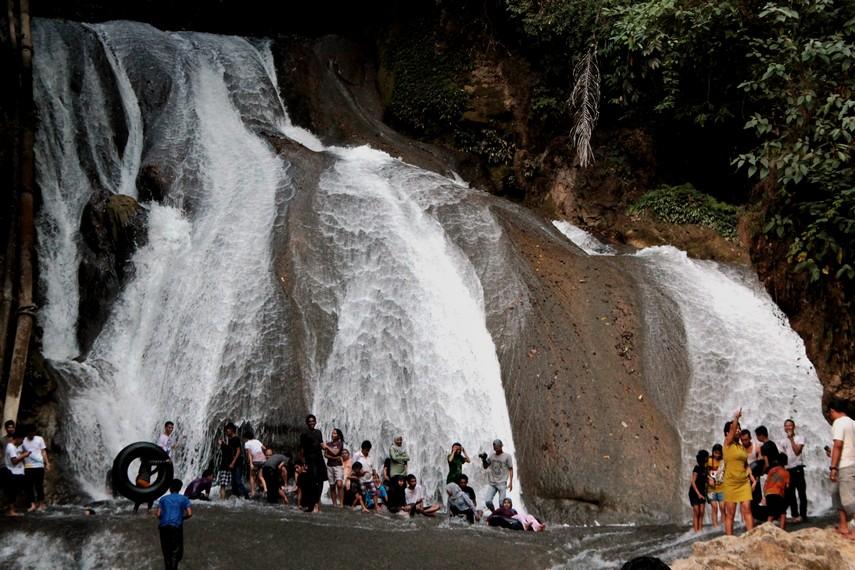 Air terjun Bantimurung yang terkenal sejuk dan memiliki air jernih