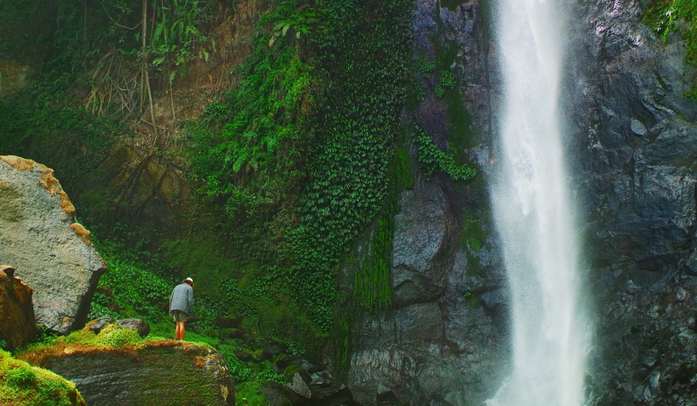 Air terjun Ogi terletak di Pape, Kecamatan Bajawa, Kabupaten Ngada