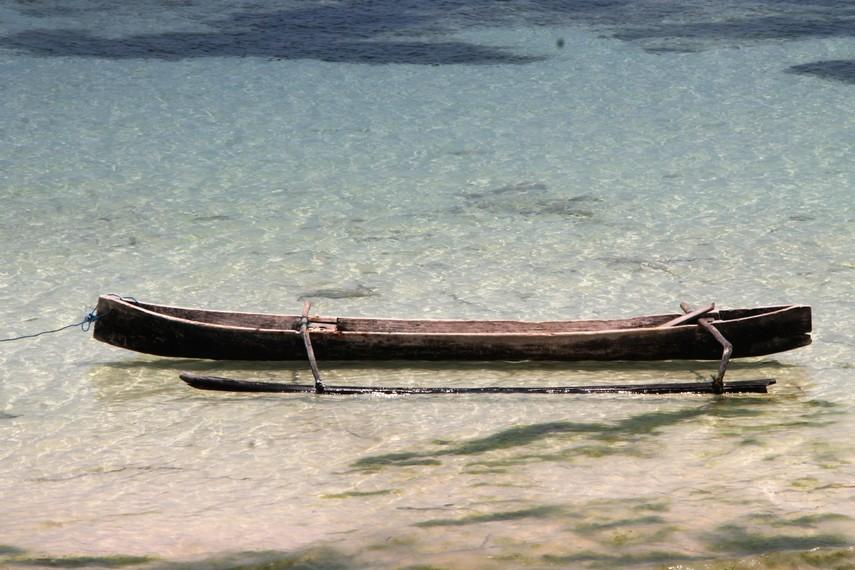 Air yang jernih dan ombak yang tenang membuat bersantai di Pantai Lemo-Lemo terasa begitu sempurna