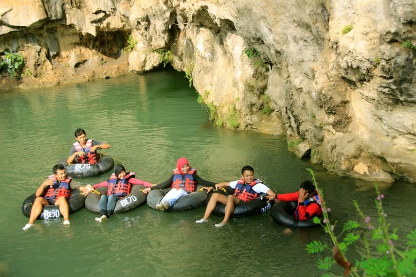 Gua Pindul Cave Tubing memberikan pengalaman berwisata ekstrem yang menyenangkan dan aman