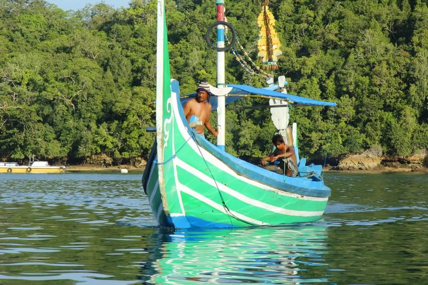 Aktivitas nelayan  menjadi salah satu pemandangan di Pantai Sendang Biru