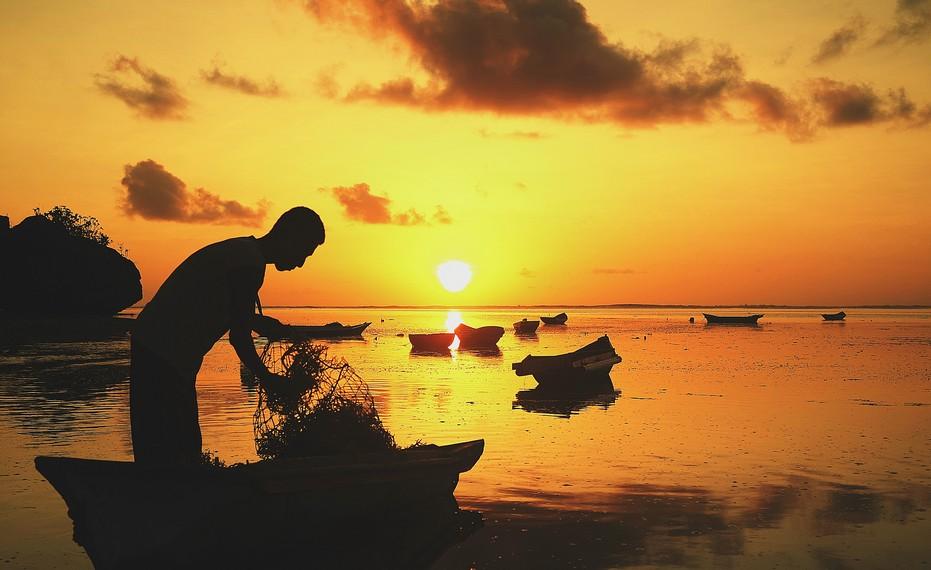 Aktivitas petani rumput laut ketika senja