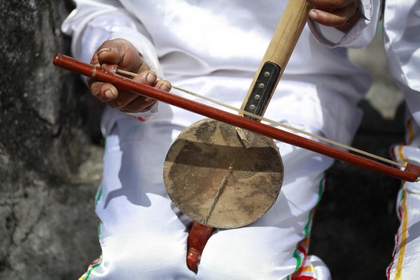 Alat musik Arababu dimainkan dengan cara digesek