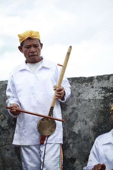 Alat musik Arababu memiliki peran penting di dalam membentuk suasana mistis dalam tari Salai Jin