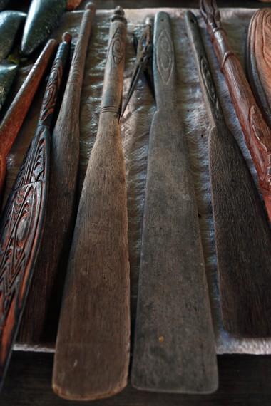 Alat pengaduk Papeda ketika dimasak dengan dandang besar di atas tungku