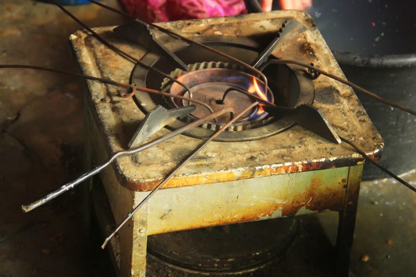 Alat yang biasa digunakan untuk menghilangkan lilin pada batik sasambo