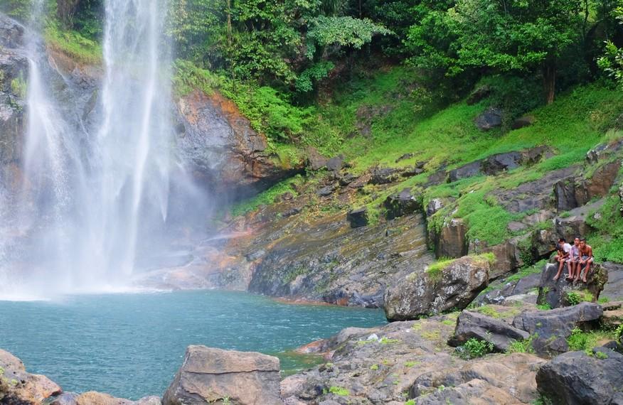 Aliran Air Terjun Cunca Rami ini membentuk sebuah kolam yang menyerupai danau kecil