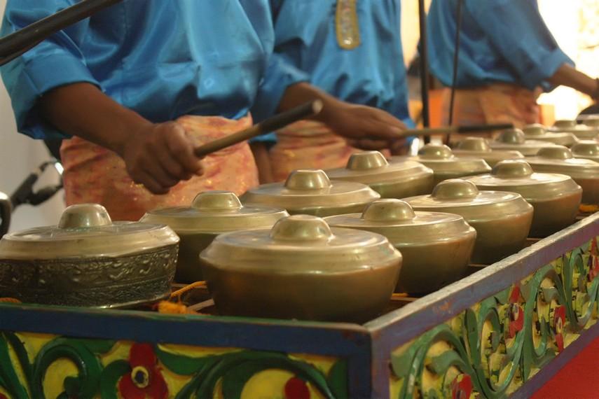 Alunan musik talempong yang cepat mengiringi tari Minangkabau yang energik