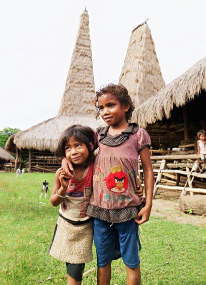 Anak-anak Desa ratenggaro selalu menyambut para pengunjung dengan senyumnya yang manis dan ramah