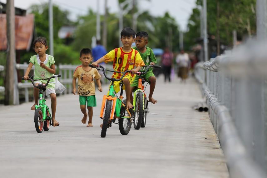 Anak-anak Agats bermain sepeda