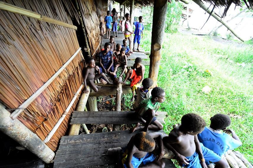 Anak-anak Asmat yang berkumpul di sekitar Jew