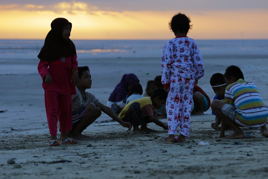 Anak-anak bermain di Pantai Lampu satu