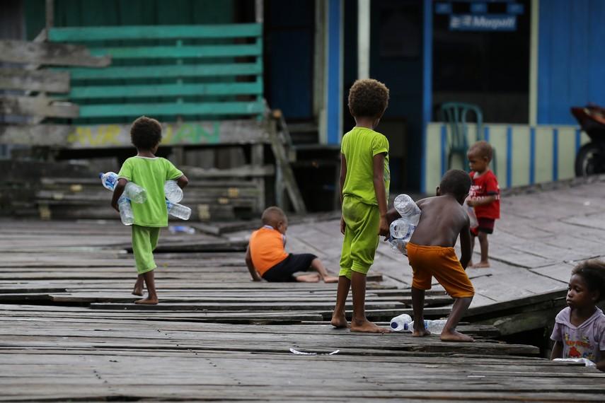 Anak-anak ini sudah terbiasa hidup di atas rawa sejak kecil
