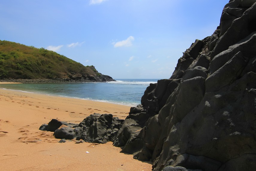 Angin pantai yang berhembus dari arah timur membuat ombak di Pantai Mawi sangat besar