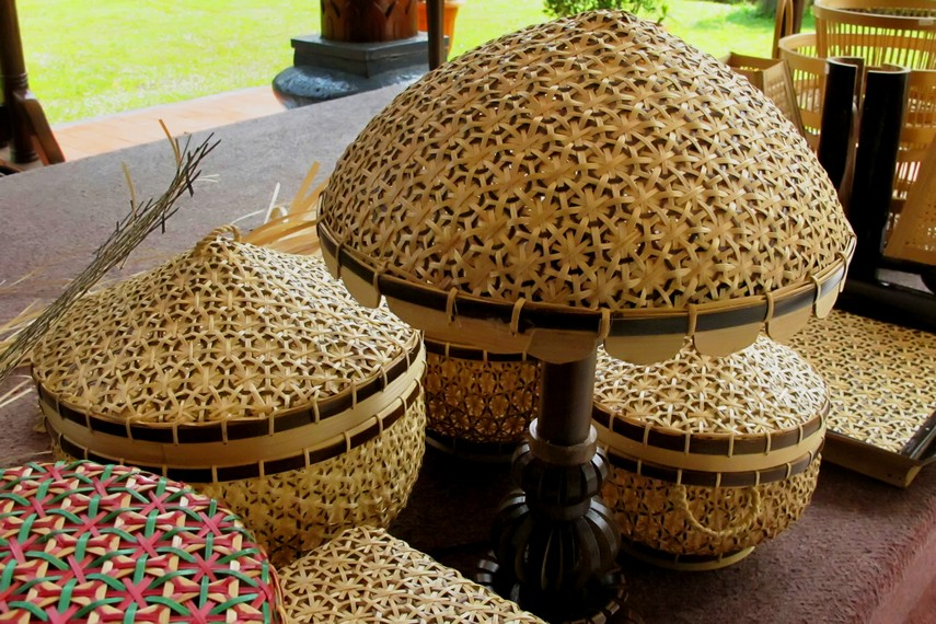 Anyaman bambu Sukabumi mampu bersaing dan masih mempunyai penggemar setia di tengah serbuan barang plastik impor