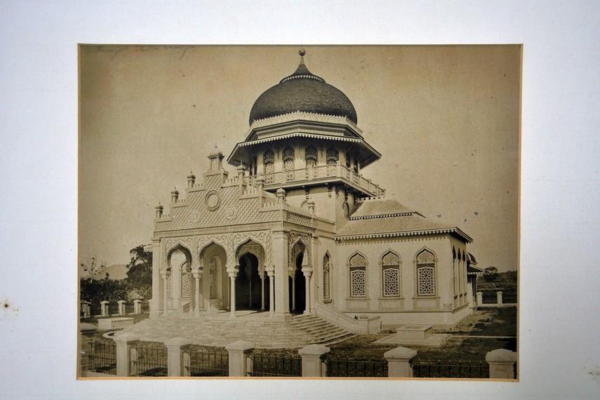Arsip foto Masjid Baiturrahman yang dibangun kembali oleh Belanda pada 1879