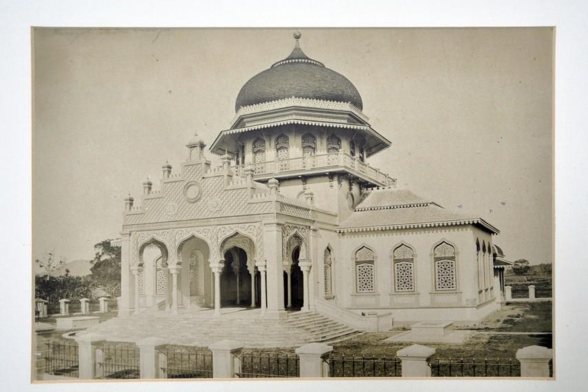 Arsip foto Masjid Raya Baiturrahman yang dibangun kembali oleh Hindia Belanda, pasca pembakaran pada 1876
