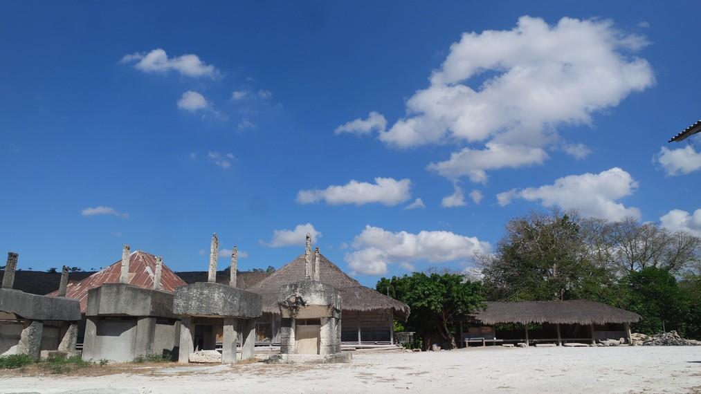Arsitektur rumah Sumba dengan arca dan menara yang tinggi yang dalam bahasa setempat disebut penji