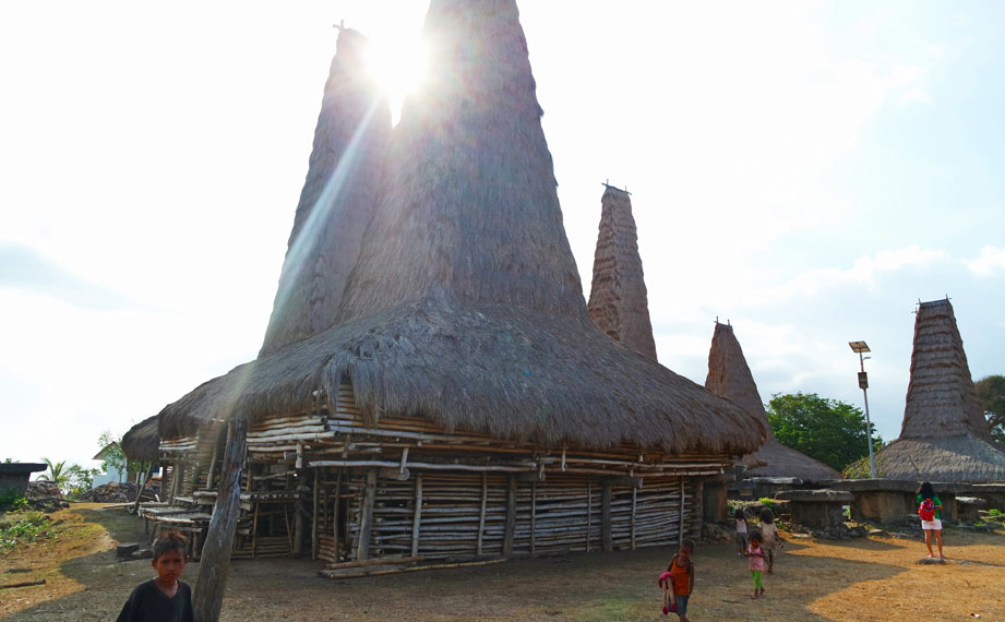 Atap rumah berbahan dasar jerami dan tinggi rendahnya atap didasarkan atas status sosial mereka.