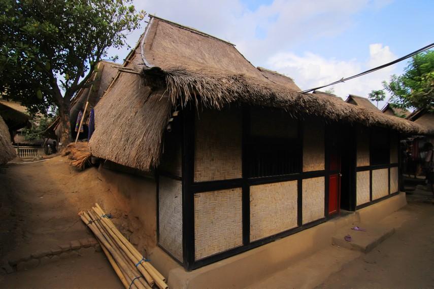 Atap rumah di desa ini dibuat agak miring agar para tamu menundukkan kepala guna menghormati tuan rumah