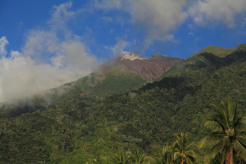 Bagian puncak gunung yang hancur akibat letusan