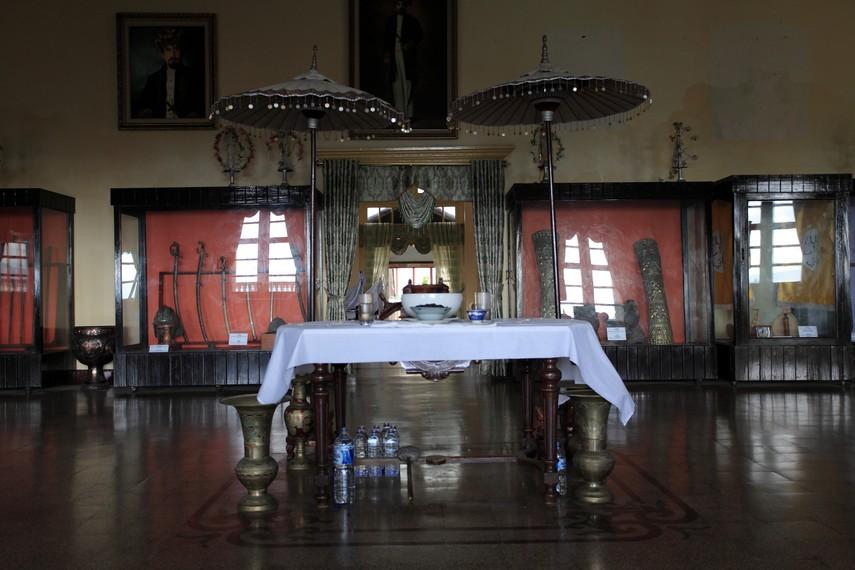 Bagian ruang utama Kedaton dan berbagai Koleksi Kesultanan yang tersimpan di dalamnya