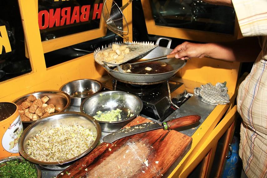 Bahan-bahan pelengkap nasi lengko seperti tahu dan tempe goreng membuat nasi lengko terasa begitu lengkap saat disantap