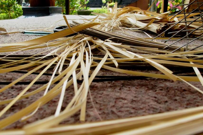 Bahan baku anyaman bambu dapat diperoleh di pasar lokal, atau bisa dibuat dari bambu batangan