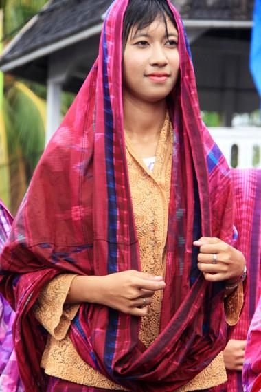 Baju adat yang dinamakan rimpu ini didominasi dengan sarung yang dipakai pada bagian atas dan bawah