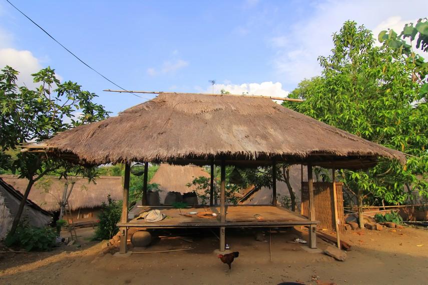 Bale Kambang yang berfungsi sebagai tempat pertemuan dan musyawarah penduduk