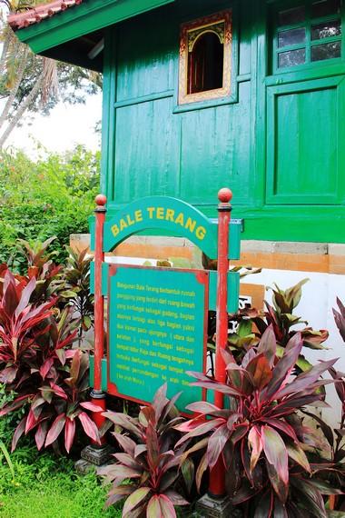 Bale terang merupakan ruangan untuk tempat tinggal raja di Taman Narmada