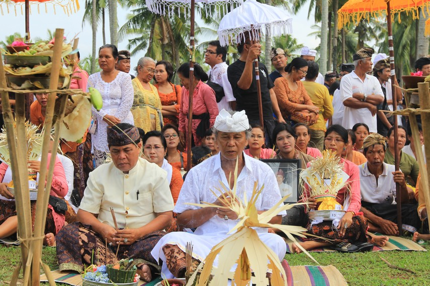 Pemimpin ritual upacara Ngaben Massal