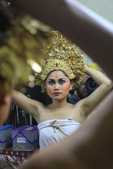 Persiapan penari menggunakan mahkota merak