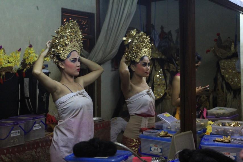 Persiapan penari wanita pada Tari Pendet