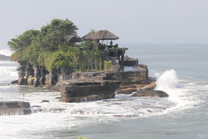 Tanah Lot saat pasang air laut
