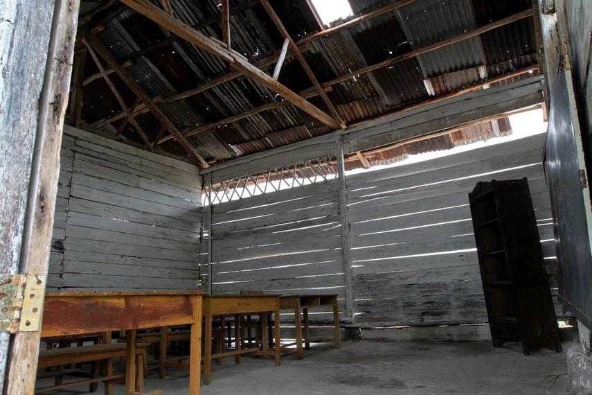 Hilangnya sedikit dinding kayu dan atap kelas