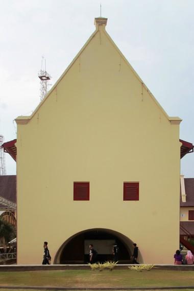 Bangunan bergaya art deco di dalam kawasan Fort Rotterdam