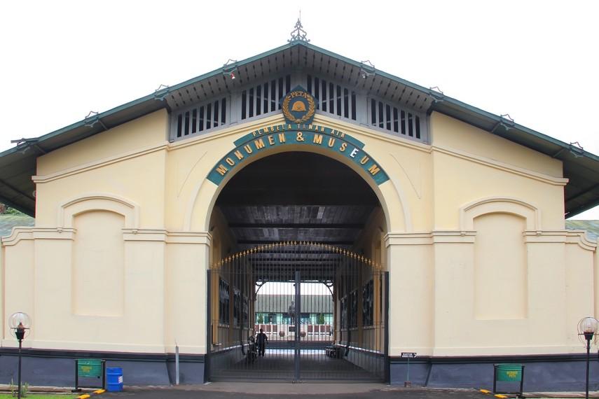 Bangunan utama yang juga merupakan pintu masuk Museum PETA