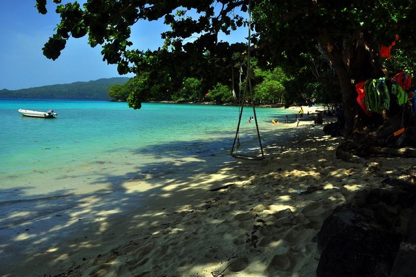 Banyak aktivitas dapat kita lakukan untuk mengisi waktu di Pantai Gapang mulai dari sekedar bersantai hingga snorkeling