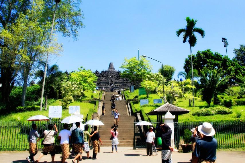 Banyak pengunjung yang mengabadikan momen ketika berada di Candi Borobudur