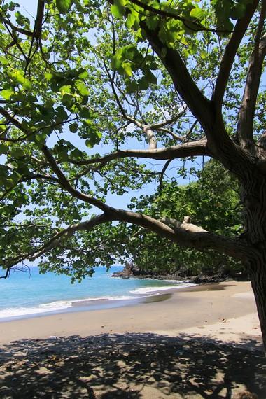 Banyak wisatawan lokal dan mancanegara menjadikan Pantai Malimbu sasaran untuk menghabiskan waktu liburan