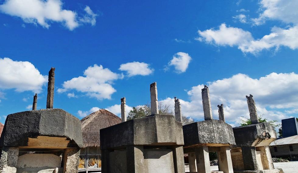 Barisan kuburan megalitik para bangsawan dengan ciri khas pahatan simbol yang sarat akan makna