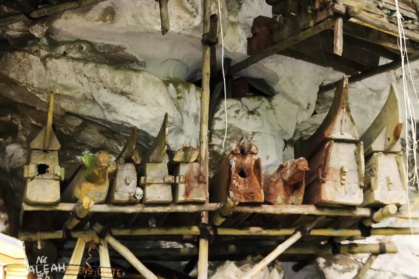 Barisan peti-peti jenazah yang diletakan berjejer di dalam Gua Londa
