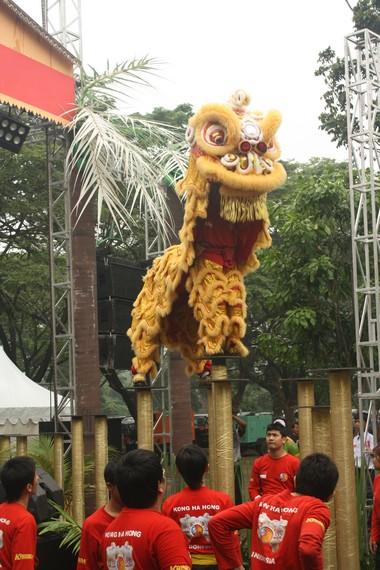 Barongsai adalah tarian tradisional Cina dengan menggunakan sarung yang menyerupai singa