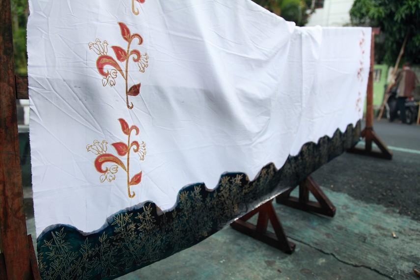 Batik dijemur sebelum dilanjutkan ke proses berikutnya