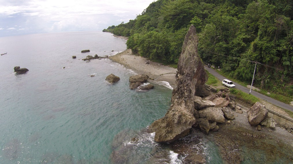 Batu Layar terletak di pinggir jalan raya dan sangat mudah untuk dijumpai