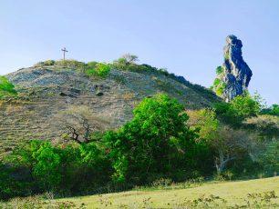 Termenung Menanti Senja di Bukit Termanu yang Mistis Nan Eksotis