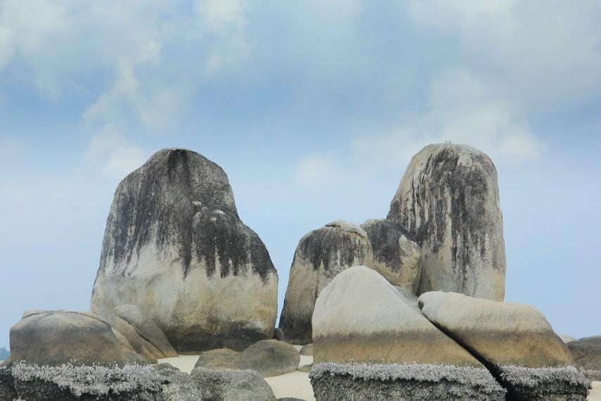 Batu granit yang menjulang ke atas menjadi salah satu daya tarik dari Pulau Batu Berlayar